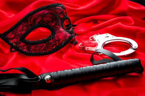 maske, håndjern og flogger