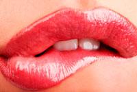 kvinder bider sig i læben
