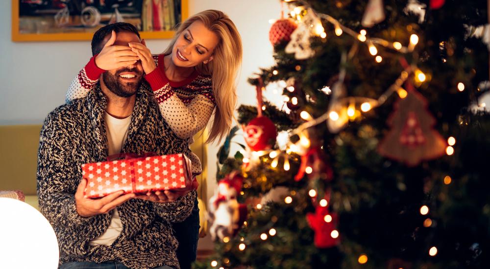 Kvinder overrasker mand med julegave