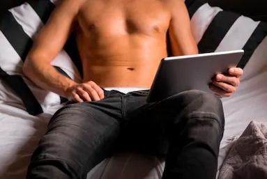 mand onanerer mens han ser porno