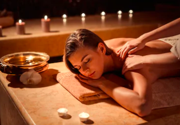 Kvinde får romantisk massage med levende lys