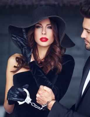 Sexet og elegant kvinde og mand i håndjern
