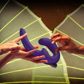Fun Factory ShareVibe Strap on Dildo lilla hand mood